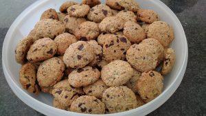 Een schaal vol met chocolade-peer koekjes